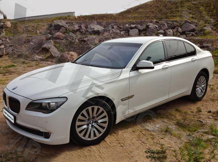 Арендовать BMW 7 с белым кузовом
